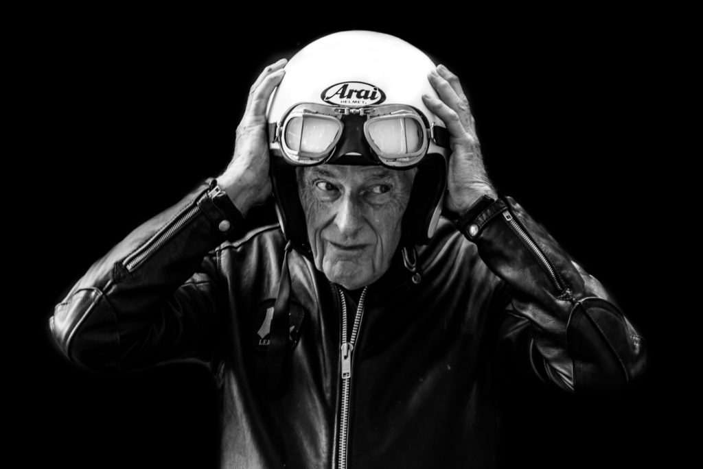 Portrait pilote moto vintage studio Photo : © Olivier Ortion